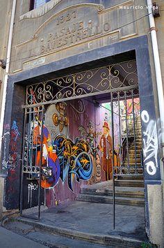 Pasaje Bavestrello, Puerto de Valparaíso,  Unico tour temático de Chile - City tour and untypical trips   Contactanos / contact us: info@minitrole.cl - +56 9 61531044 / +56 9 66293672  fanpage: https://www.facebook.com/MiniTrole.Turismo twitter:@MiniTrole_tours