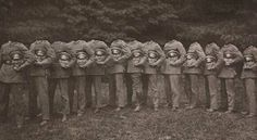 Before the Photoshop: Here Are 20 Creepy Headless Portraits From the Victorian Era ~ vintage everyday Victorian Photos, Victorian Era, Victorian Portraits, Antique Photos, Weird Vintage, Bizarre, No Photoshop, Photoshop Design, Vintage Photographs