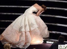 詹妮弗·劳伦斯这身雕塑型的DIOR美人鱼高级定制,超适合她出席今年奥斯卡颁奖礼,摔了一跤,不损其光芒,反添怜爱。——我倒觉得这是她一系列图中最好的一张。
