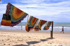 Estendal com peças de renda artesanais na praia de Canoa Quebrada, Ceará