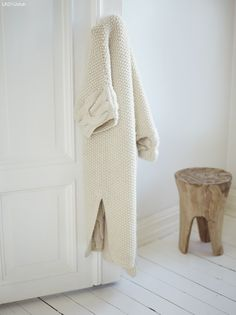 Luxurious beautiful knitted robe (no pattern) I want a pattern for this robe! A Well Traveled Woman, Lana, Knitwear, Winter Fashion, Hipster, Pure Products, Knitting, My Style, Style Blog