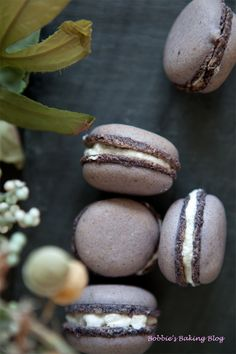 lavender vanilla macarons...@Lana Thompson would knock these out of the park