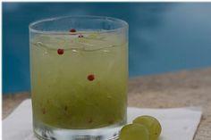 Caipirinha de Uva Verde com Pimenta Rosa  ½ xícara (chá) de uva verde sem caroço cortada ao meio  Açúcar refinado ou adoçante à gosto  1 colher (café) de pimenta rosa  50ml de vodca  3 pedras de gelo picado