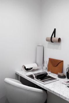 Small home office design inspiration Workspace Desk, Home Office Desks, Workspace Inspiration, Interior Inspiration, Marble Desk, Interior Work, Simple Interior, Home And Deco, Contemporary Interior