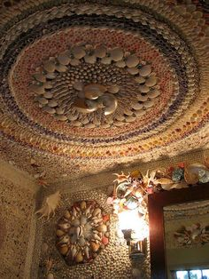 Eye For Design: Decorating In Italian Grotto Style Seashell Art, Seashell Crafts, Mosaic Art, Mosaic Garden, Shell House, Shell Chandelier, Shell Decorations, Home Decor Paintings, Beach Art