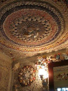 Eye For Design: Decorating In Italian Grotto Style Seashell Art, Seashell Crafts, Mosaic Garden, Mosaic Art, Shell House, Shell Chandelier, Shell Decorations, Beach Art, Coastal Decor