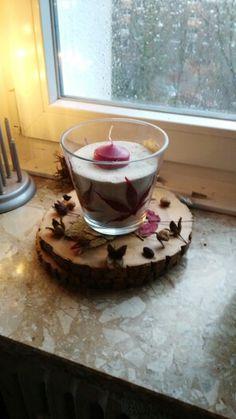 Vase mit getrockneten Blättern bekleben. (mit dem Leim für Servietten Technik). Vogelhaus in die Vase füllen. Kerze reinstellen. Fertig :-)