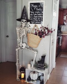 Nice Casual Halloween Decorations Ideas That Are So Scary. Halloween Isabelle Wob Nice Casual Halloween Decorations Ideas That Are So Scary. Halloween Veranda, Casa Halloween, Halloween Home Decor, Creepy Halloween, Holidays Halloween, Halloween Crafts, Halloween Entryway, Farmhouse Halloween, Outdoor Halloween
