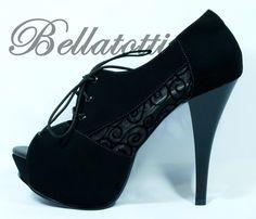 Ankle boot preta super elegante com renda de lado e cardaço. Meia pata de 3 cm e…
