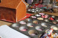 Dekorations Süßigkeiten für Lebkuchenhaus in Muffinblecht sortieren.
