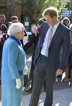 Le prince Harry présentait le 18 mai 2015 à la reine Elizabeth II d'Angleterre le jardin de son association Sentebale lors du Chelsea Flower Show, à Londres.