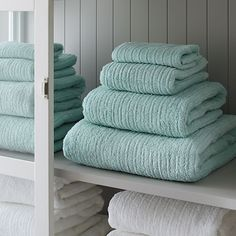 Broad borders of vertical ribbing with flat banded edges finish our spa-style towels in absorbent 500-gram cotton.