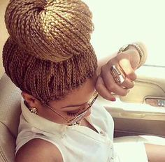 All styles of box braids to sublimate her hair afro On long box braids, everything is allowed! For fans of all kinds of buns, Afro braids in XXL bun bun work as well as the low glamorous bun Zoe Kravitz. Box Braids Updo, Short Box Braids, Blonde Box Braids, Box Braids Styling, Twist Braids, Twists, Crochet Locks, Box Braids Hairstyles For Black Women, Braid Hairstyles