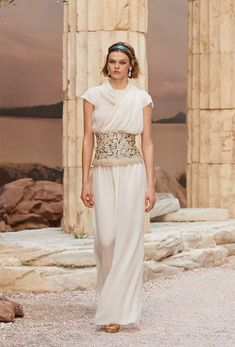 Karl Lagerfeld goes Grecian for his latest Chanel cruise wear showing in Paris Chanel Cruise, Chanel Resort, Live Fashion, Fashion Week, Fashion Show, Fashion Outfits, Women's Fashion, Karl Lagerfeld, Architecture Mode