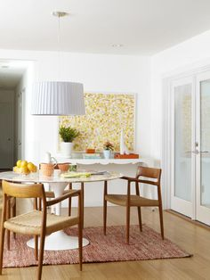 Saarinen dining table -- I want one! (See the rest of this home makeover from HGTV magazine at the link.)