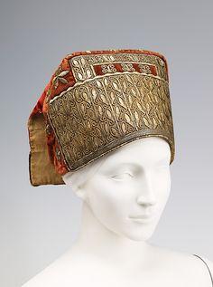 """Женский головной убор """"Сорока"""". Конец 18-го века. 20.3 x 34.3 cm. Шёлк, металлические нити, лён."""