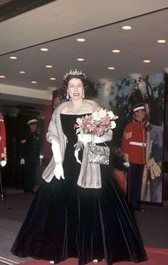 Queen Elizabeth II looking very elegant Die Queen, Hm The Queen, Royal Queen, Her Majesty The Queen, Young Queen Elizabeth, Reine Victoria, Isabel Ii, House Of Windsor, Queen Of England