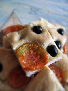 Focaccia morbida con pomodoro fresco a lievitazione naturale Waffles, Pancakes, Olive, Pizza, Bread, Breakfast, Food, Morning Coffee, Brot