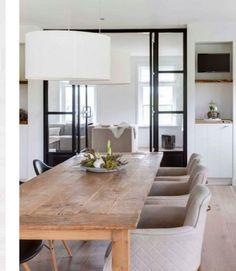 Der Esstisch Koplat Unikat eignet sich ideal für jede rustikale Umgebung. Aus massivem Holz hergestellte Bohlen sind zu einer 140 cm langen Tischfläche zusammengeleimt und verleihen mit der natürlich belassenen Oberfläche dem Tisch seine...