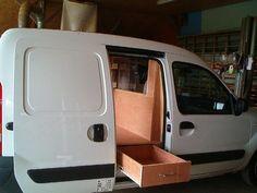 Réalisation d'un aménagement intérieur pour un véhicule utilitaire avec chassis vitré ouvrant