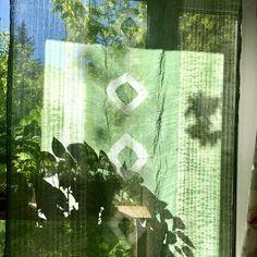 Сегодня зеленые мотивы ))) кому интересен процесс -помотайте фото.  Первое фото - это шарф, но можно и  занавеской, со вторым все  не просто но будет классно. Завтра будет бирюза #Shibori #handmade  #DIY #узелковыйбатик #ручноеокрашивание