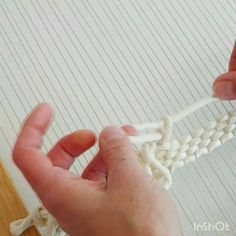 Rya loop weaving tutorial - DOKUMA - Weaving demo on how to create rya loops using a continuous length of yarn - Weaving Loom Diy, Weaving Art, Tapestry Weaving, Loom Yarn, Macrame Patterns, Weaving Patterns, Weaving Wall Hanging, Weaving Textiles, Macrame Design