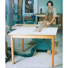 Woodworking Designs Double-Duty Outfeed Table Woodworking Plan from WOOD Magazine - This simple table handles two kinds of cutting chores: First, it's helpful when ripping long boards, and it's just as handy when rough-cutting large sheets of plywood. Woodworking Table Plans, Jet Woodworking Tools, Woodworking Patterns, Easy Woodworking Projects, Popular Woodworking, Woodshop Tools, Woodworking Store, Workbench Plans, Wood Magazine