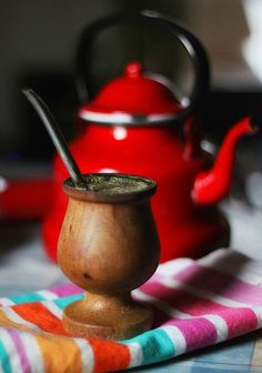 Chile - Argentina / Chili et Argentine. Mate is a traditional South American infused drink. It is prepared from steeping dried leaves of yerba mate in hot water. Yerba Mate, Chile, States Of Brazil, Paraguay Food, Bolivian Food, Argentina Food, Rio Grande Do Sul, Thinking Day, Gaucho