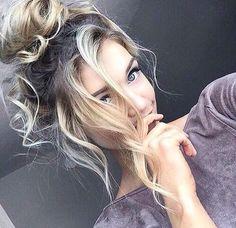 Kolay, rahat, modern ve şık bir görünüm elde etmek isteyenler yüksek topuz modelini deneyebilirler. Bu saç modeli, özellikle yaz aylarında kızlar tarafından en çok tercih edilen saç model
