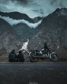☺️☺️ Tag your buddy with whom you want to go laddakh. Ladakh India, Leh Ladakh, Motorcycle Photography, Travel Photography, Beautiful Places To Visit, Cool Places To Visit, Royal Enfield Wallpapers, Bike Photoshoot, Photos Voyages