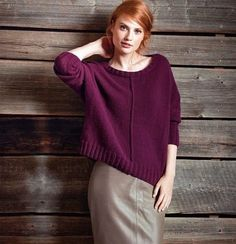 Цвет этого пуловера настолько яркий, самодостаточный, что подчеркнуть его может лишь самая простая, без фантазийных узоров, вязка.