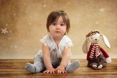 Sofia con conejo Girls Dresses, Flower Girl Dresses, Gingerbread Cookies, Wedding Dresses, Fashion, Infant Photography, Rabbits, Globes, Creativity
