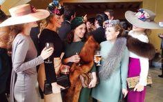 invitadas de invierno con estolas lamasmona.com Winter Wedding Guests, Wedding People, Royal Clothing, Races Fashion, Bridesmaid Outfit, Derby Party, Race Day, Fancy Pants, Wedding Looks