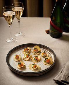 3 enkla snittar till champagne | ELLE Appetizer Recipes, Snack Recipes, Appetizers, Tapas, Food Porn, Party Food And Drinks, Greens Recipe, Mini Hamburgers, Food Hacks