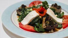 Insalata caprese con spinaci, peperoni e funghi alla griglia.