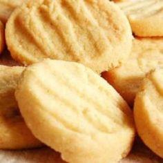 Receita de Biscoitinhos de Nata - 1 xícara (chá) de nata, 1 ovo inteiro, 1 xícara (chá) de amido de milho, 1/2 xícara (chá) de açúcar, 2 xícaras (chá) de fa...