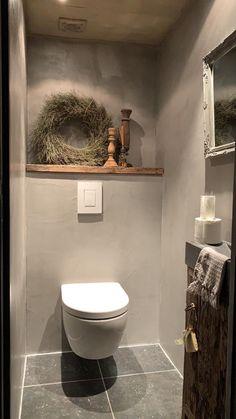 Beton cire als afwerking toiletwand. Iets voor u? Beton cire al… Beton cire als afwerking toiletwand. Iets voor u? Beton cire als afwerking toiletwand. Iets voor u? Small Toilet Room, Toilet Wall, Guest Toilet, Downstairs Toilet, Bathroom Toilets, Bathroom Wall, Small Bathroom, Wc Decoration, Toilet Closet
