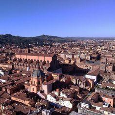@ilovebologna Il bellissimo panorama che la cima della Torre degli Asinelli regala! Nello sfondo si può notare San Luca e il suo portico.