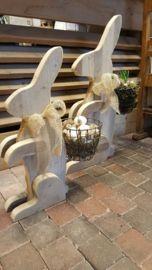 (NW) Haas van steigerhout 75 cm met gevuld draadmandje op de rug
