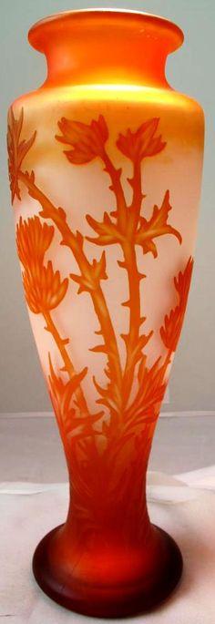 Frères VESSIERE (1901-1950), vase à décor floral en verre doublé. Signé. Hauteur : 30 cm.