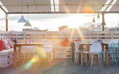 #decoración #arquitectura #terraza #restaurante #exteriores #vintage #palet #interiorismo Rooftop Bar, Fair Grounds, Table Decorations, Fun, Home Decor, Terrace, Architects, Restaurants, Interiors
