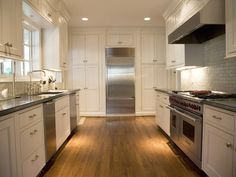 Clean and uncluttered....would love that stove!