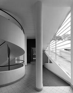 Villa Savoye - Janela em fita. Le Corbusier evita a solução tradicional de propor aberturas limitadas, ou muito verticais, buscando iluminação constante e homogênea, da mesma forma que o resultado estético na fachada evita a ornamentação excessiva da arquitetura anterior.