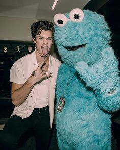 cute photo of shawn and the cookie monster Shawn Mendes Imagines, Shawn Mendes Cute, Shwan Mendes, Mendes Army, Justin Bieber, Shawn And Camila, Fangirl, Bae, What Is Like