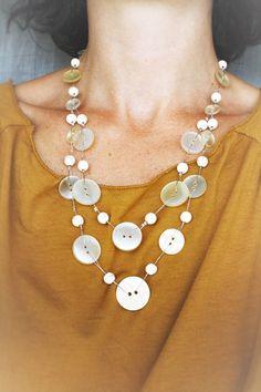 Collier mi-long avec boutons recyclés et perles en Howlite : Collier par lapetitechoppe-bijoux