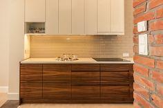 Kuchnia z elementami cegły i drewna.