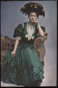 """womenandbooks: """"La dame en vert """""""