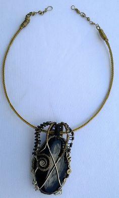 Dije de Obsidiana negra engarzada con alpaca y tumbaga pavonado, collar trenza de los 10 hilos de laton