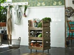 HACK IKEA -Fabriquez une desserte ---  Vous manquez d'un petit meuble de rangement dans votre cuisine ou votre salle de bains ? Fabriquez-le en empilant plusieurs caisses et en fixant des roulettes sous la première. Pour créer une ouverture et accéder facilement aux objets que vous y entreposez, il vous suffit de détacher les deux planches supérieures clouées sur le devant de chaque caisse. Ajoutez une planche découpée sur mesure sur le dessus, fixez-la avec de la colle extra forte et c'est…