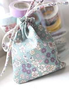 Handmade Gifts Ideas Pochon -Read More – Diy Sac Pochette, Sewing Crafts, Sewing Projects, Diy Gifts, Handmade Gifts, Diy Bags Purses, Couture Sewing, Fabric Bags, Christmas Sewing
